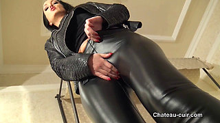 Chateau cuir   Cameltoe in leather leggings