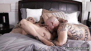 Julia Ann & Derrick Pierce in Hot Cougar Julia Ann Gets Banged Hard on Bed - ZeroTolerance