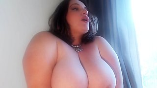 BBW toying her pussy in the bathtub on web cam
