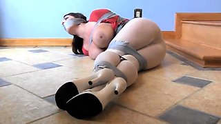 Bodacious brunette mom with sexy long legs gets restrained