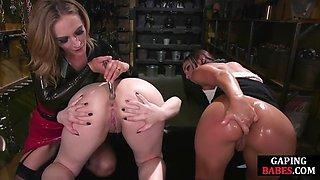 BDSM dominatrix stretches lesbian ass in kinky threesome