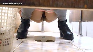 chinese girls go to toilet.124