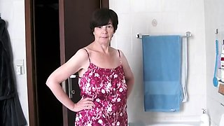 Stacked mature lady exposes her naked body in the bathtub